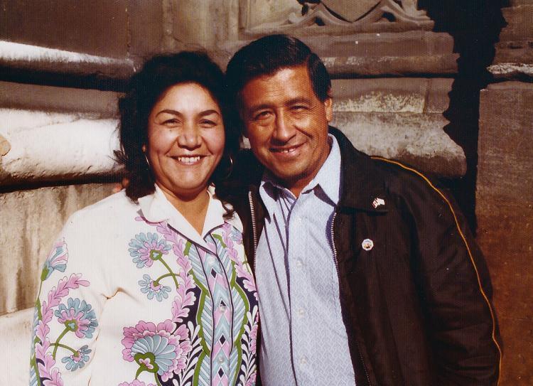 Una foto de 1974 muestra a César Chávez y su esposa Helen Chávez durante una gira europea promoviendo el boicot de la uva en Londres . (Fundación César Chávez/AP )