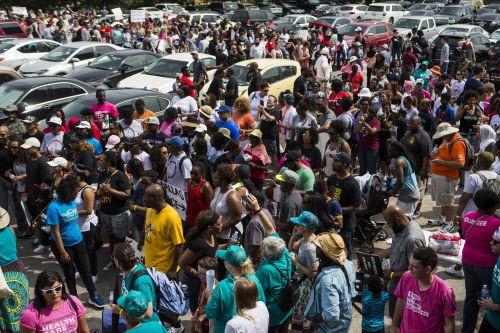 Cientos de personas se citaron el sábado en St. Paul United Methodist Church para protestar en contra de la violencia policial. DMN