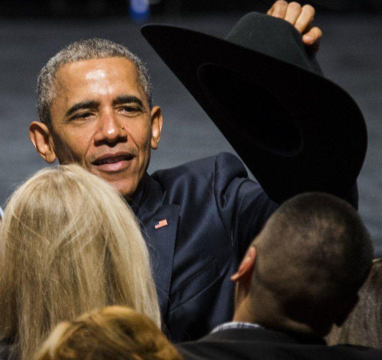 El Presidente Barack OBama se probó el sombrero vaquerto de un miembro de la audiencia que asistió a un evento en el que habló el sábado  en el Gilleys Club Dallas. / Ashley Landis/Pool photo, The Dallas Morning News