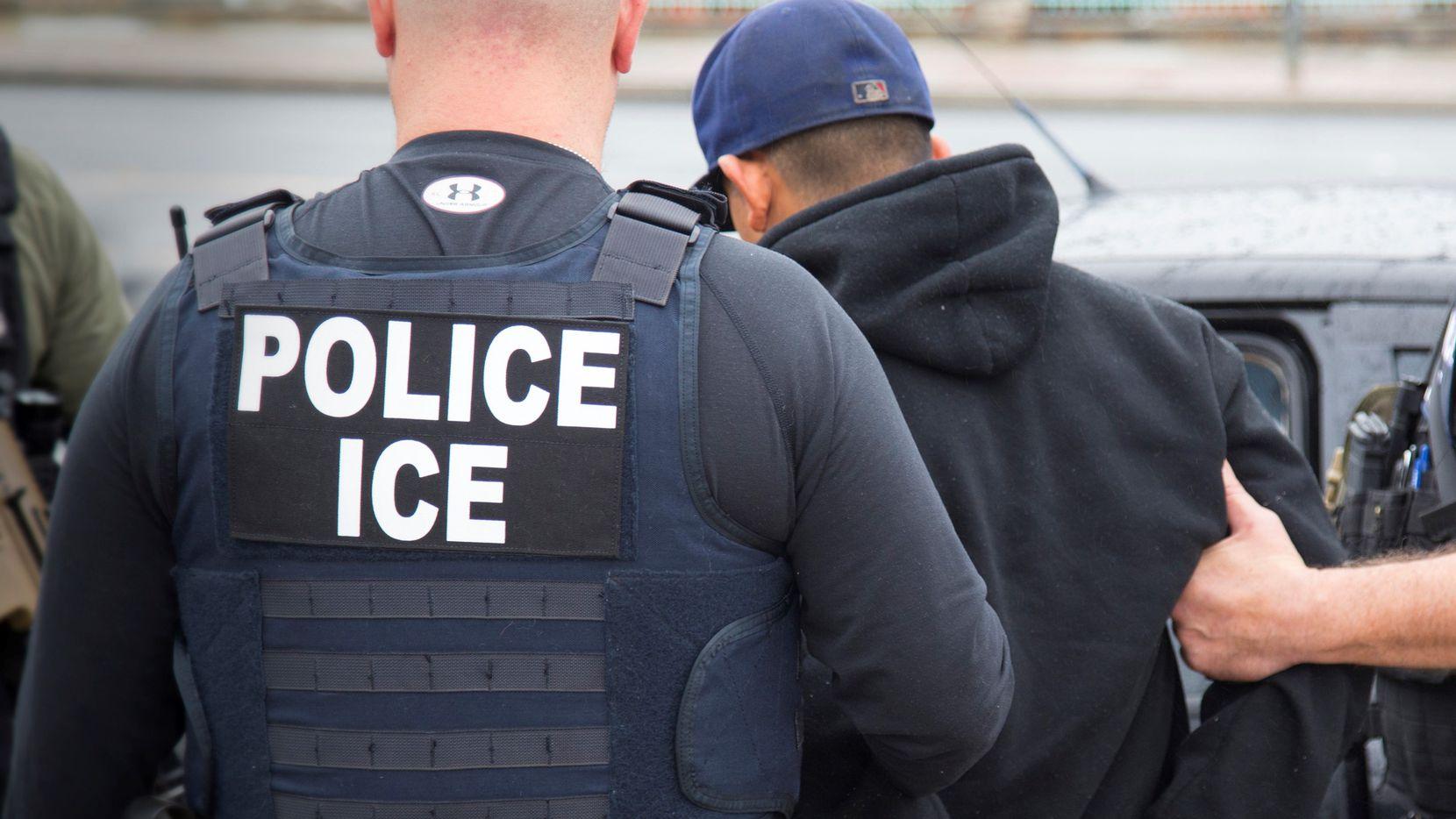 Agentes de la Agencia de Inmigración y Aduanas (ICE).