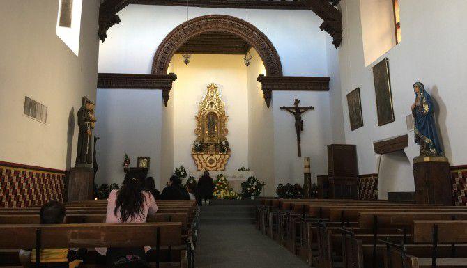 Karla González (izq.) reza en la Misión de Guadalupe, el primer templo de la región Juárez-El Paso, y fundado en 1659. González espera ver al Papa el miércoles durante sus recorridos por la ciudad. (JORGE CHÁVEZ RAMÍREZ/AL DÍA)