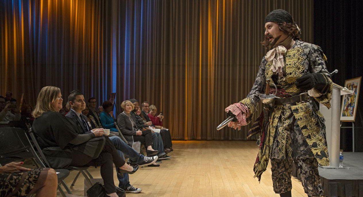 Ryan Halsaver interpreta al Capitán Hook durante un evento para iniciar la temporada de recaudación de The Dallas Morning News Charities, en el Winspear Opera House. (DMN/G.J. McCARTHY)