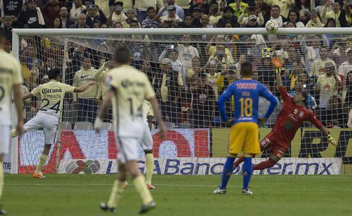 Oribe Peralta falló un penal para el América en la primera parte del juego. Foto AP