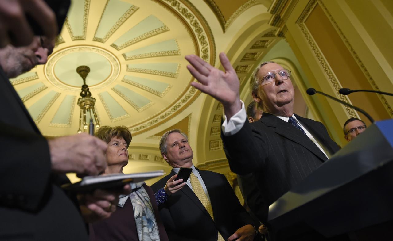 Los republicanos, con el líder del senado Mitch McConnell en en centro, promueven propuestas para derribar políticas sobre inmigración. Foto AP