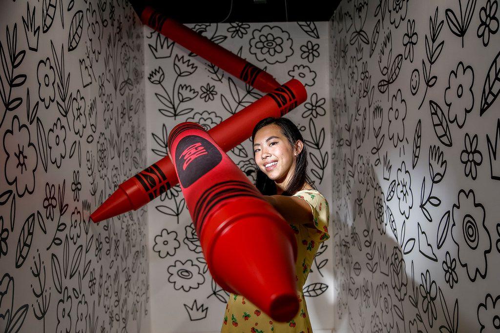 """La artista Steffi Lynn posa en su cuarto """"Crayon Coloring Book"""" que se encuentra en exhibición en el  Museum of Memories/ Foto especial para DMN de Brandon Wade"""