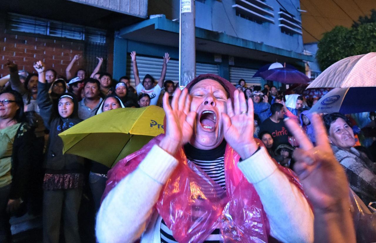 Varios simpatizantes de Jimmy Morales salieron a celebrar en las calles su elección como presidente de Guatemala. (AFP/GETTY IMAGES/RODRIGO ARANGUA)