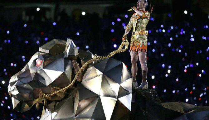Katy Perry en un tigre mecánico durante el inicio del Show de Medio Tiempo del Super Bowl, el domingo. (AP/MARK HUMPHREY)