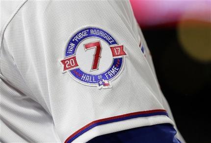 La imagen del viernes 28 de julio de 2017 muestra un parche en el uniforme del dominicano Carlos Gómez, de los Rangers de Texas, que hace alusión al ingreso del puertorriqueño Iván Rodríguez al Salón de la Fama. Foto AP