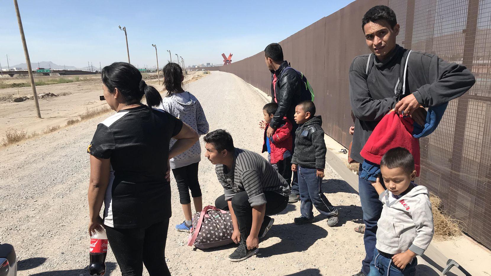 Familias migrantes cruzan la frontera del Río Grande, de Ciudad Juárez a El Paso, para entregarse a autoridades migratorias de Estados Unidos. (DMN/Alfredo Corchado)