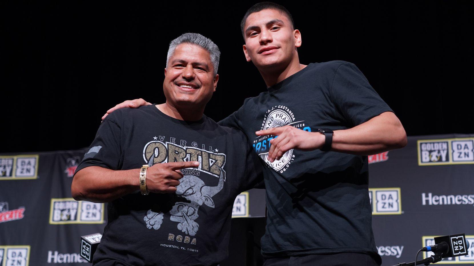 Vergil Ortiz junto a su entrenador Roberto García durante su conferencia de prensa el jueves en Grand Prairie. Foto de Janine García.