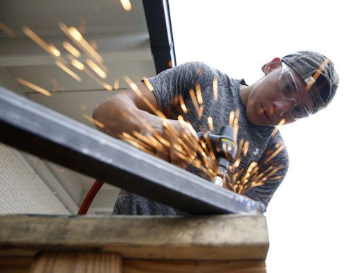 Álvaro Luna Jr., estudiante de la preparatoria Skyline, durante su taller de soldadura en Dallas.NATHAN HUNSINGER/DMN