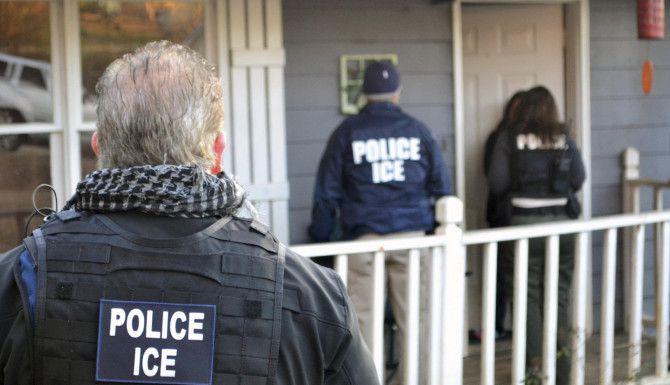 Unos agentes de ICE, llevando a cabo una investigación. Foto AP