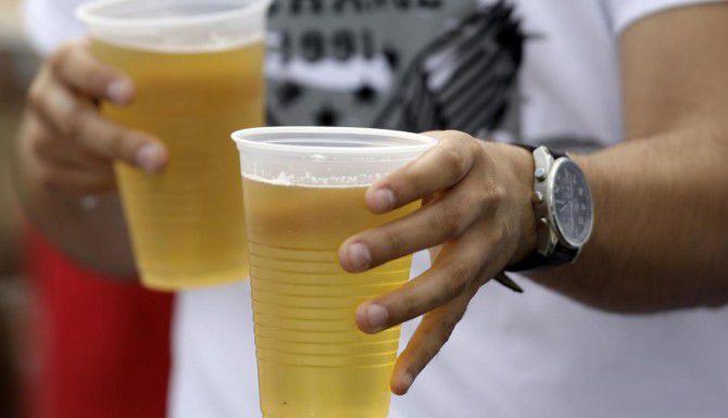 Un estudio reveló que muchos estadounidenses consumen hasta 8 bebidas alcohólicas en ocasiones. (AP/ROB CARR)