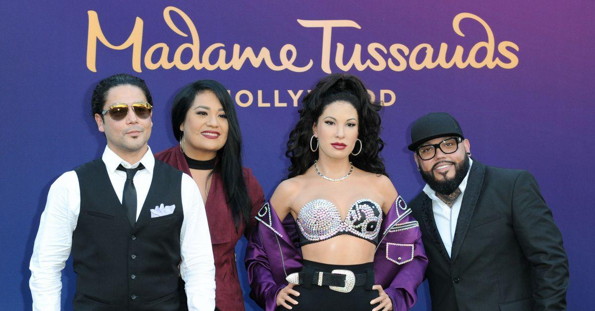 Chris Pérez, Suzette Quintanilla y A.B. Quintanilla, de izquierda a derecha, asisten a la develación de la figura de cera de Selena en el museo Madame Tussauds Hollywood, el martes 30 de agosto del 2016 en Los Angeles. /AP