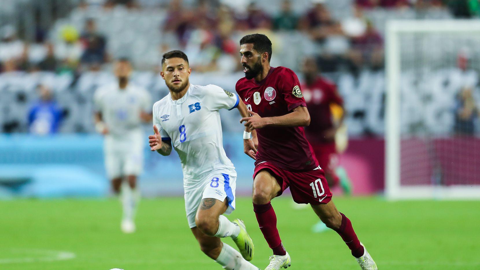 Hasan Al Haydos (der) pelea por el balón con Joshua Perez de El Salvador durante el partido de cuartos de final entre Qatar y El Salvador  en el State Farm Stadium, el 24 de julio de 2021 en Glendale, Arizona.