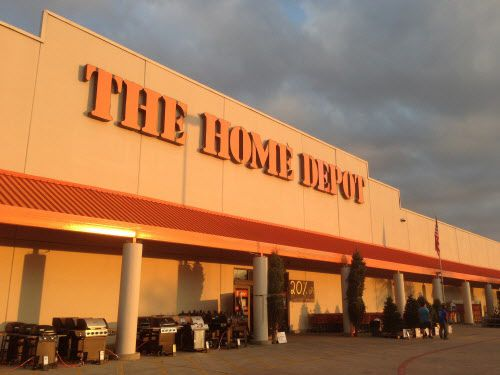El exterior de Home Depot en Road to Six Flags Dr. in Arlington. (Tom Fox/DMN)