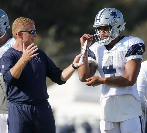 Jason Garrett habla con Dak Prescott de los Dallas Cowboys en un entrenamiento. Prescott le respondió a Kamu Grugier-Hill de los Eagles. (Jae S. Lee/The Dallas Morning News)