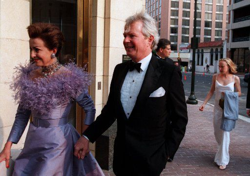 Mercedes and Sid Bass arrive before the  opening gala at the Bass Performance Hall in Fort  Worth in 1998.