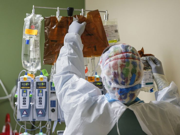 A healthcare worker changes out an intravenous drip while treating an intubated patient in the Parkland Hospital COVID-19 Tactical Care Unit earlier this year. Dallas County reported 26 available adult ICU beds were available on Wednesday before the Thanksgiving Day holiday.