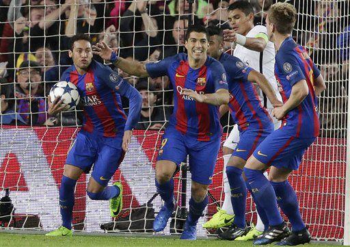 Los jugadores del Barcelona, Neymar, izquierda, y Luis Suárez, centro, festejan después de un autogol de PSG en un partido por los octavos de final de la Liga de Campeones el miércoles, 8 de marzo de 2017, en Barcelona.  (AP Photo/Emilio Morenatti)