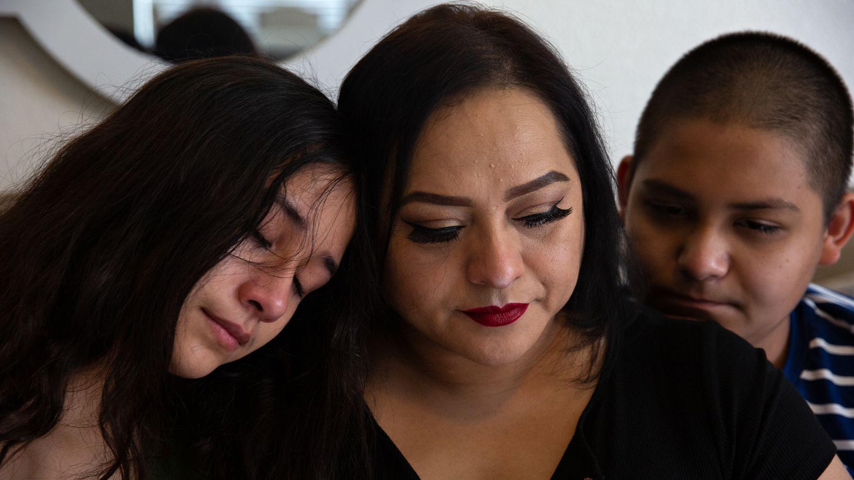 María Treviño (al centro) perdió a su esposo, Édgar González, por covid-19 en junio del 2020. Ella y sus hijos, Ámber (izq.) y Damián (der.) han enfrentado el duelo con el apoyo de terapias y ayuda de sus escuelas, en Aubrey, Texas.