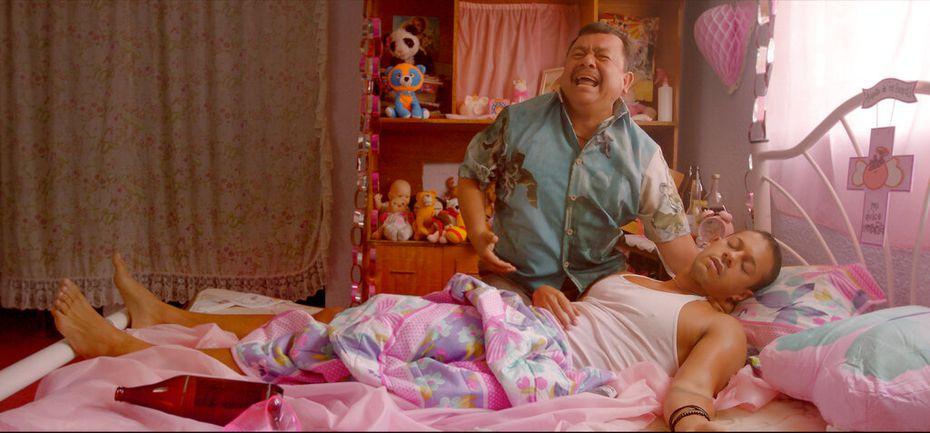 """Silverio Palacios, de pie, y Pierre Louis en una escena de la película """"Chilangolandia"""", estrenada el 16 de septiembre, en una imagen proporcionada por Cinépolis Distribución. (Cinépolis Distribución via AP)"""
