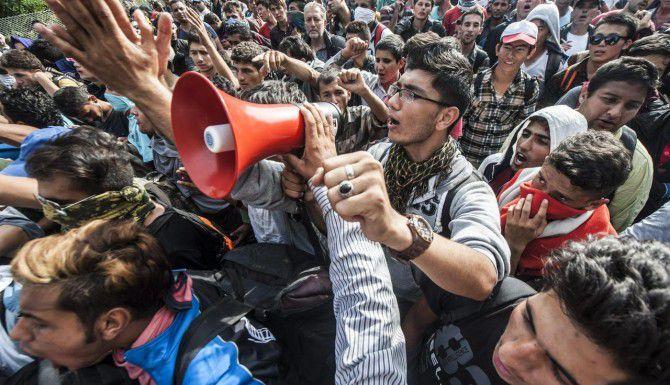 Un grupo de inmigrantes intenta cruzar la frontera serbo-húngara. La frontera fue cerrada con un alabre de púas por el gobierno húngaro. (AP/SANDOR UJVARI)