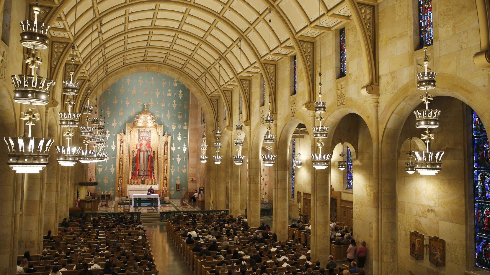 Las misas en Dallas quedaron suspendidas el viernes. Otras comunidades religiosas también suspendieron o limitaron sus ritos.