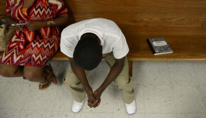 Un adolescente espera su turno en el juzgado alternativo para menores del condado de Dallas. (DMN/ROSE BACA)