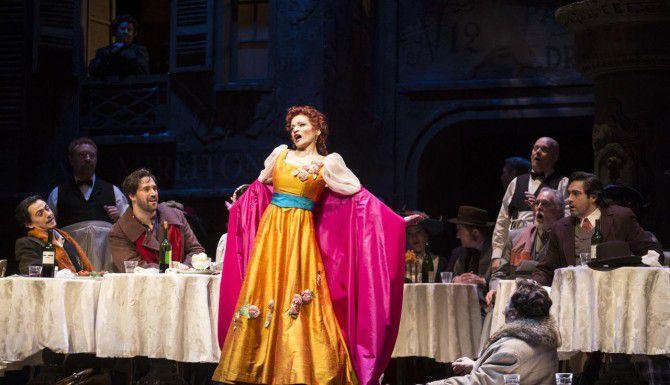 """Davinia Rodríguez junto al elenco de """"La Boheme"""" en un ensayo de la ópera que arranca este fin de semana. (MARÍA OLIVAS/ESPECIAL PARA AL DÍA)"""