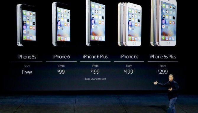 Phil Schiller, vicepresidente de Apple, muestra los precios de los nuevos modelos de iPhone. (AP/ERIC RISBERG)