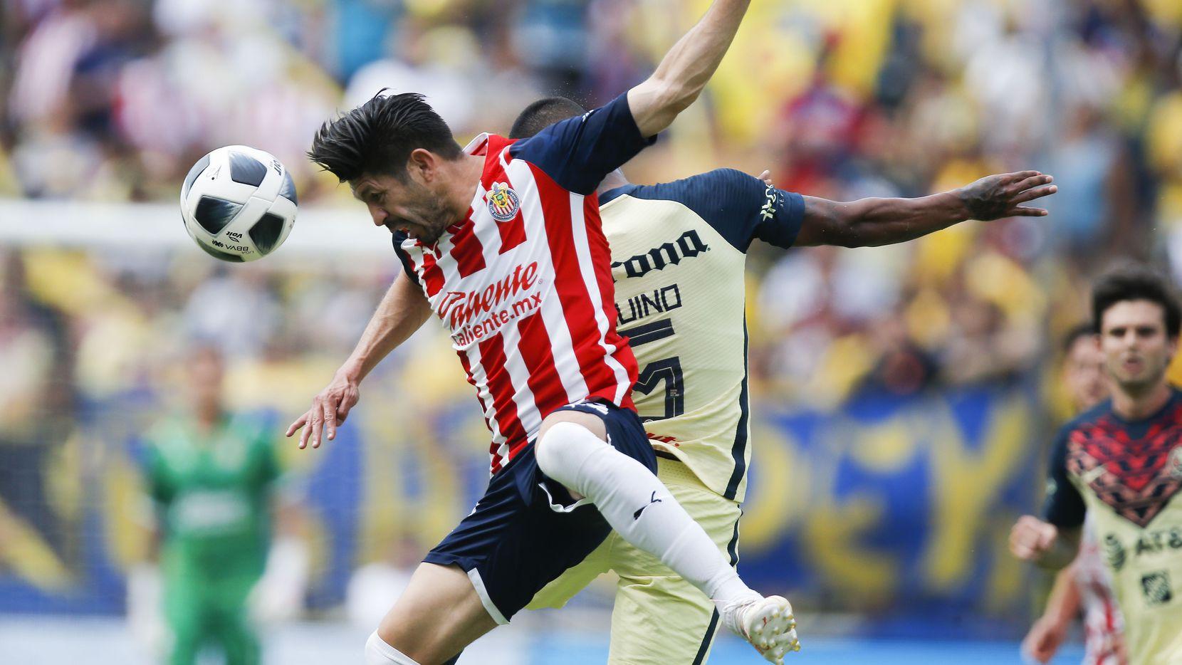 El delantero de Chivas de Guadalajara, Oribe Peralta (izq), pelea un balón con el mediocampista del América, Pedro Aquino, durante la primera mitad de un partido de exhibición en el Cotton Bowl, el domingo 5 de septiembre de 2021. (Brandon Wade / Colaborador especial).
