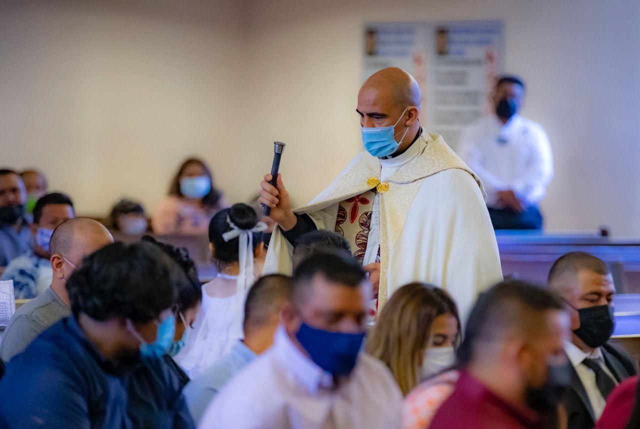 El padre Jesús Belmontes es uno de los sacerdotes más influyentes en la comunidad hispana del Norte de Texas. Su labor no se limita a la liturgia, sino lleva a cabo labores de caridad como entrega de comida, búsqueda de fondos para el pago de renta o facilitar talleres de inmigración.