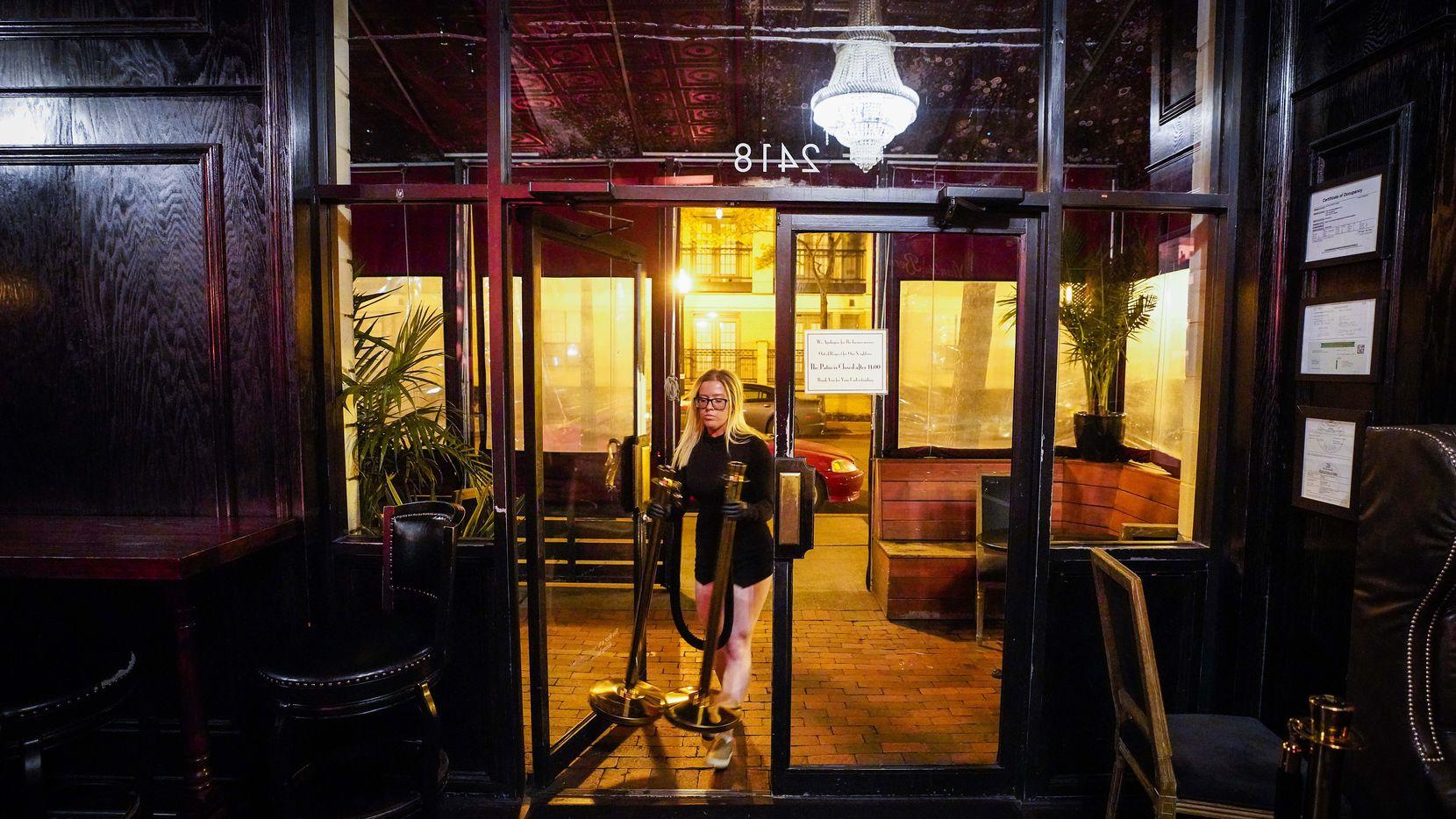Madeline Doody ayuda con el cierre de Parliament un bar del Uptown en Dallas.