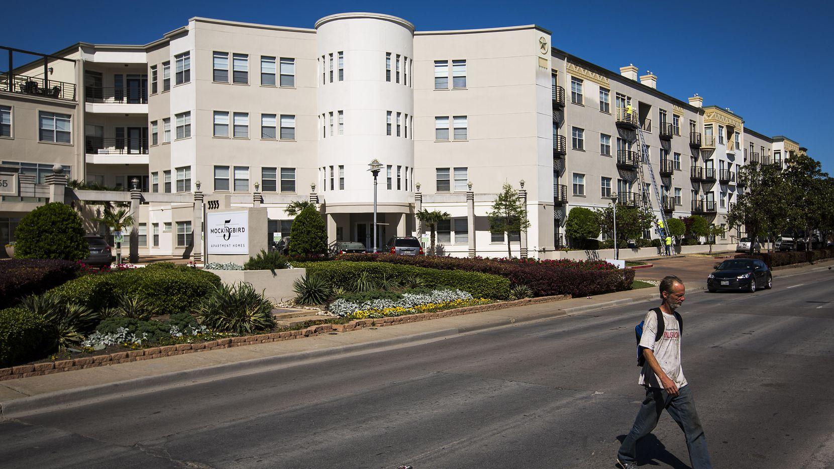 Complejo de apartamentos sobre Mockingbird Lane, en Dallas, cerca de donde un hombre halló un cuerpo.