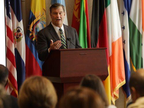 El alcalde de Dallas, Mike Rawlings, habla durante una conferencia de prensa sobre el embarazo adolescente en el ayuntamiento, el 27 de febrero de 2019. JASON JANIK/ESPECIAL PARA AL DÍA
