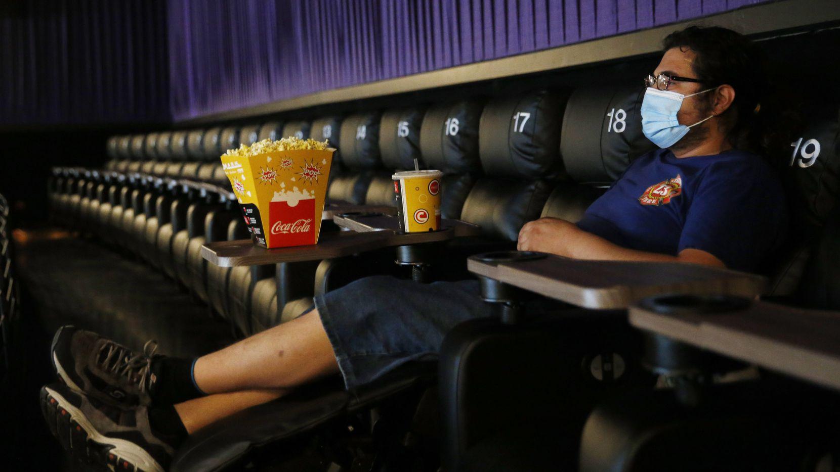 Ben Levy, de Plano, espera su función de cine junto a sus palomitas, soda y mascarilla.