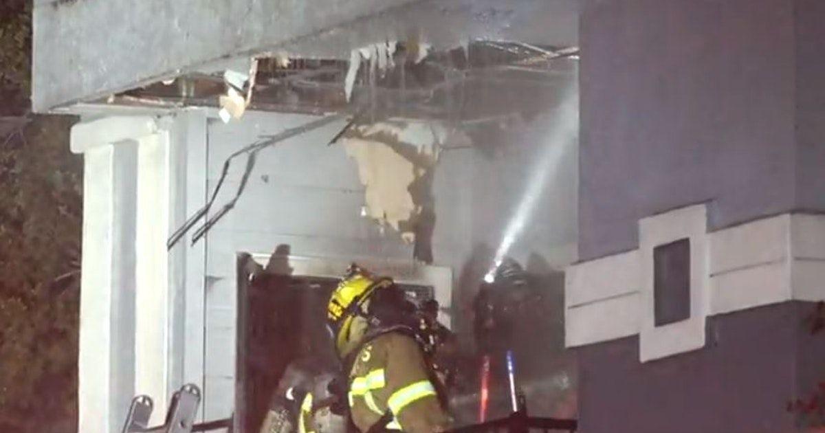 Un poste de luz colapsó y desató un incendio en un complejo de apartamentos en el norte de Dallas.