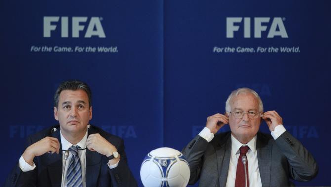 Michael García, fiscal investigador de la FIFA (izq.) cuestiona la decisión de Hans-Joachim Eckert, del comité de ética y que actuó como juez en el caso Qatar y Rusia. (AFP/GETTY IMAGES/SEBASTIEN BOZON)
