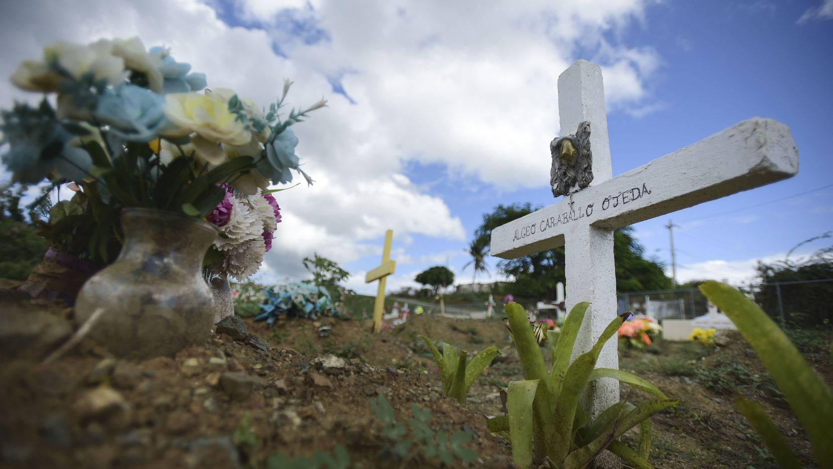 Sepultura de Argeo Caraballo en el cementerio municipal de Vieques. Argeo tenía 70 años y era paciente de diabetes y falleció esperando una unidad mobil para realizar diálisis, pero debido al huracán y la tardanza en la ayuda, esa unidad no llegó a tiempo para salvarle la vida. AP