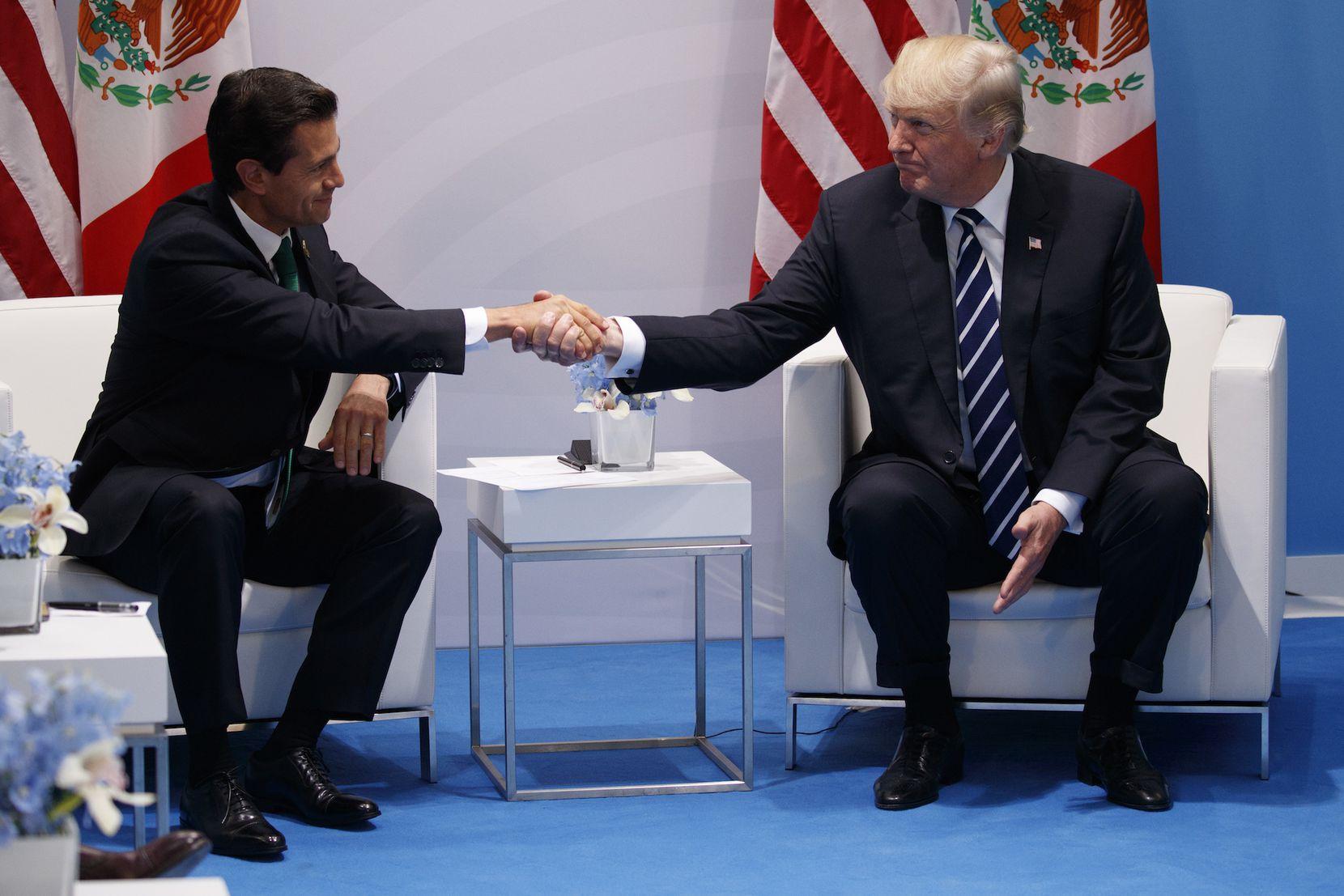 Enrique Peña Nieto y Donald Trump se saludan en la cumbre G-20 en Alemania. AP