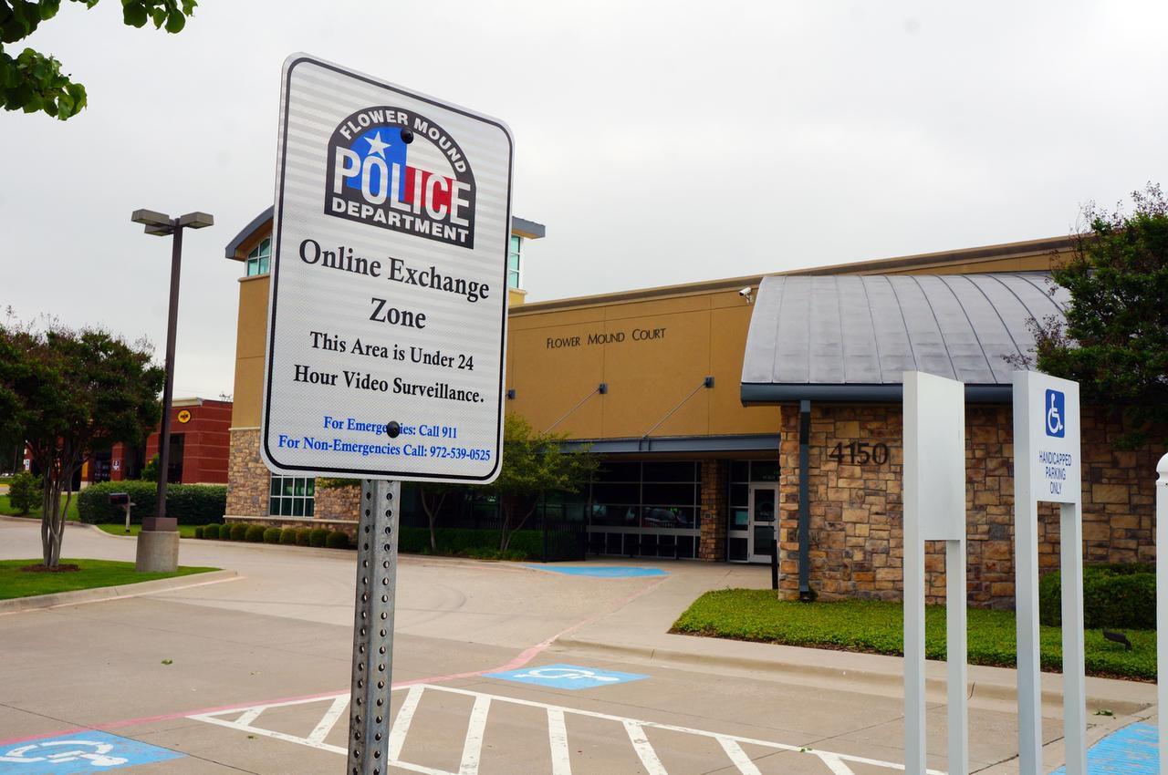 La policía de Flower Mound creó una zona segura para intercambiar compras hechas en línea. Dallas creará una zona similar.(ARDCGUVI)
