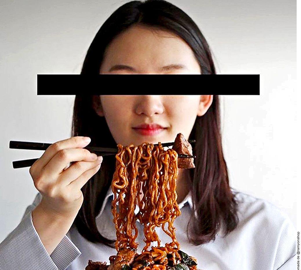 """El """"jjapaguri"""" es una combinación de dos fideos instantáneos coreanos """"jjapaghetti"""" y """"neoguri"""", que en la película """"Parásitos"""" se nombra como """"ram-dong""""."""