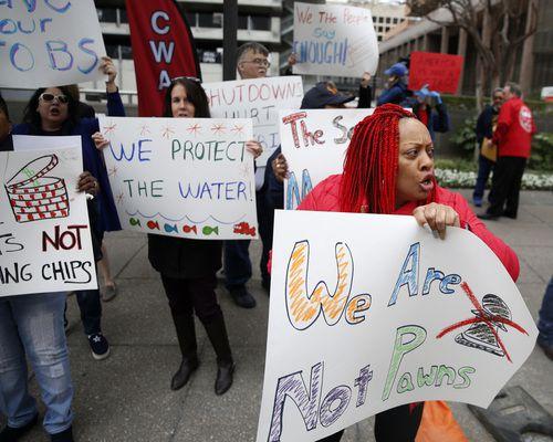 Angela Ellington participa de una manifestación de decenas de empleados federales en Ross Tower, en Dallas. Los trabajadores piden el fin del cierre del gobierno. ROSE BACA/DMN