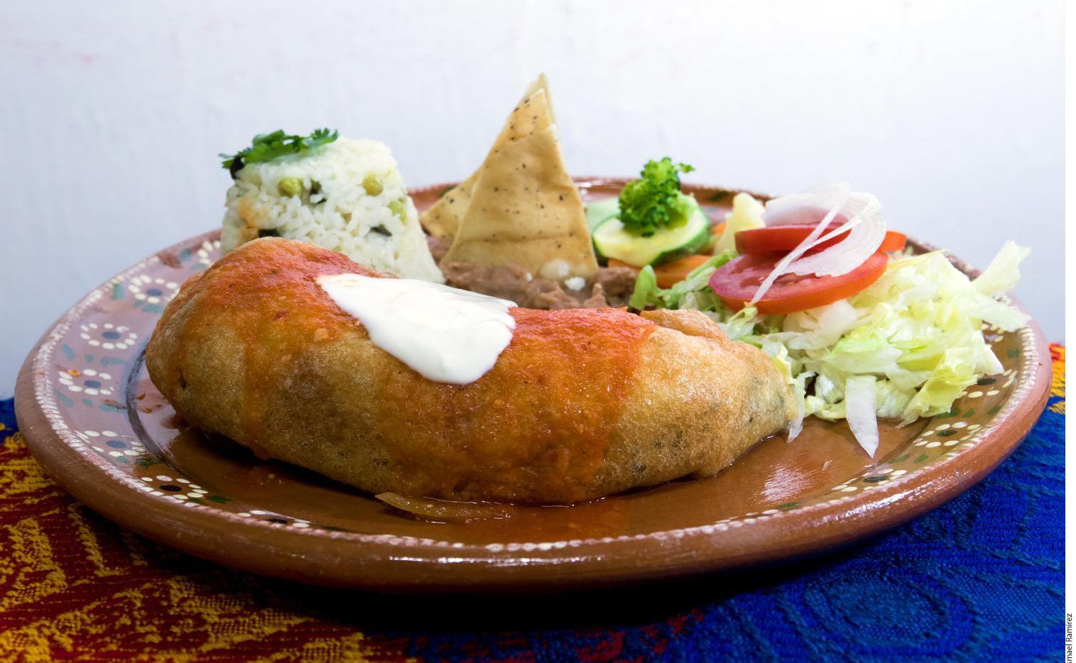 Presentación de los chiles rellenos de queso acompañados de ensalada de lechuga, frijoles y arroz.(AGENCIA REFORMA)