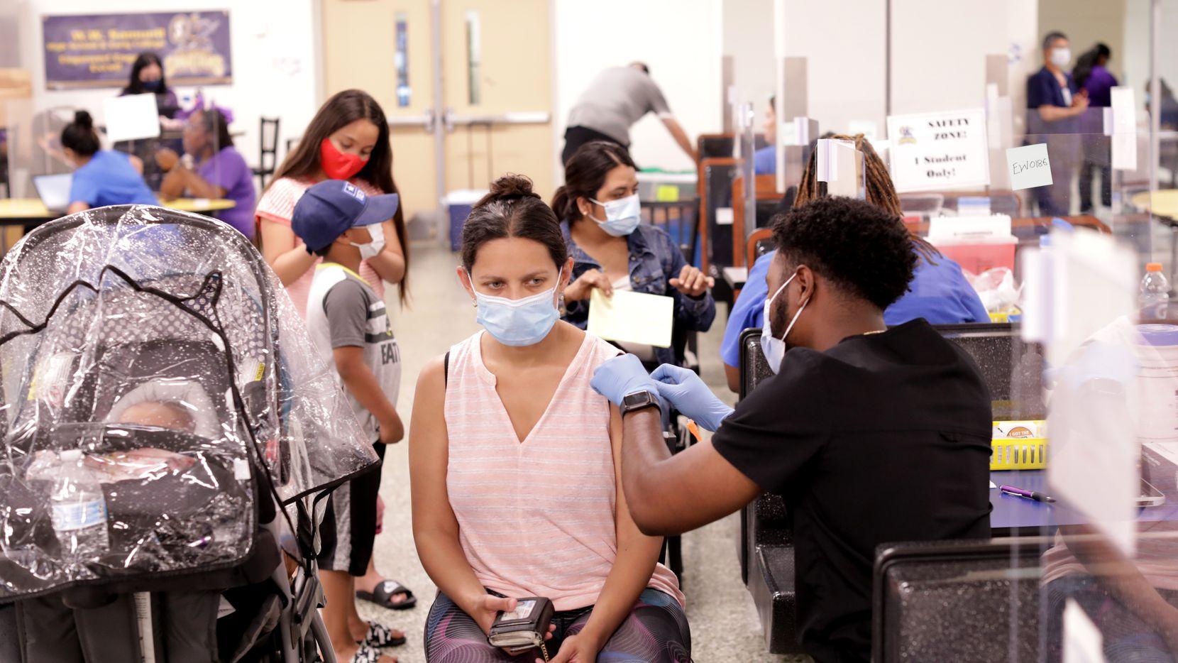 Varias escuelas, iglesias y centros comunitarios han organizado clínicas de vacunación contra covid-19 en el Norte de Texas.