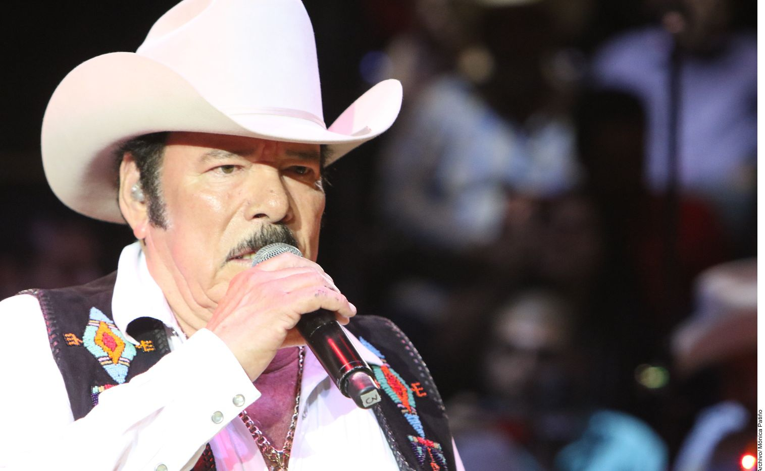 El hijo del cantante Lalo Mora (foto), Lalo Mora Jr., a través de la página oficial del grupo Los Herederos de Nuevo León, dio a conocer la noticia del ingreso al hospital de su padre a consecuencia del Covid-19, poco después de la 1:00 horas.