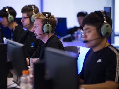 "Dallas Fuel's ""NotE"" Lucas Meissner (center) practices with other players on Wednesday, January 29, 2020 at Envy Gaming headquarters in Dallas. (Ashley Landis/The Dallas Morning News)"