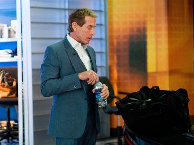 El comentarista de la cadena Fox Sports, Skip Bayless, se preparara para salir al aire en su programa de televisión.