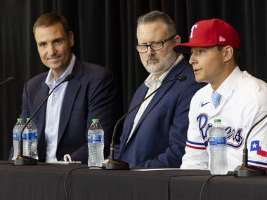 (Από αριστερά) Ο Chris Young, Εκτελεστικός Αντιπρόεδρος και Γενικός Διευθυντής του Texas Rangers, Kip Fagg, Ανώτερος Διευθυντής του Ρατζίνγκ, Ακούστε τον Τζακ Λέιτερ από το Πανεπιστήμιο Vanderbilt να μιλά κατά τη διάρκεια συνέντευξης τύπου που ανακοινώνει την υπογραφή του την Τρίτη 27 Ιουλίου 2021, Globe Life Field στο Άρλινγκτον.  Ο Leiter ήταν η πρώτη επιλογή του συλλόγου 2021 MLB Draft του συλλόγου και η δεύτερη γενική επιλογή του σχεδίου.